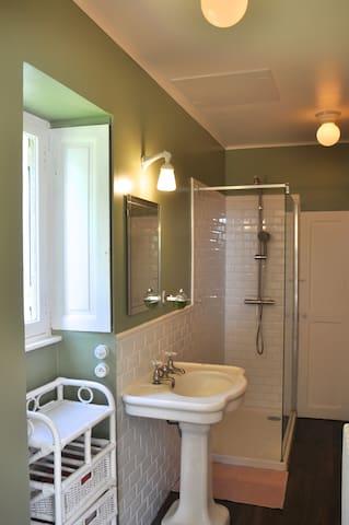 la salle de bain avec wc