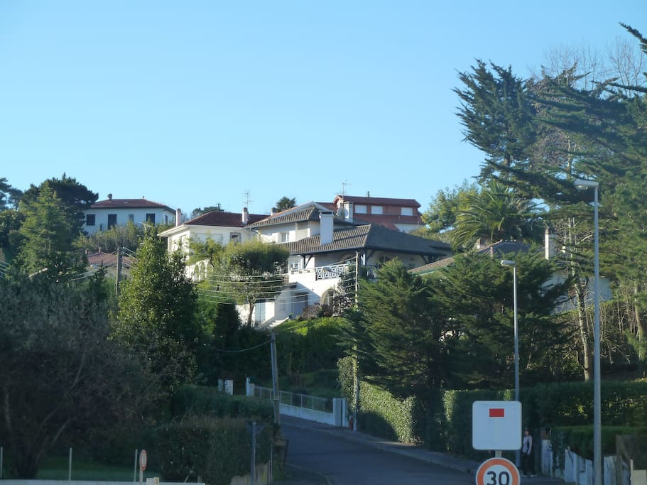 "La villa ""Cordilleta"" vue de la plage de Socoa."