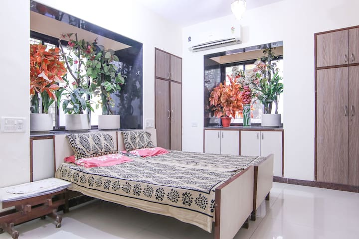 Ground fl 4bhk, master bedroom, no a/c 2nd guest. - mumbai - Bungalow