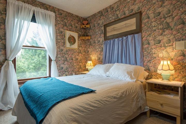 Cozy Victorian room in Fairview