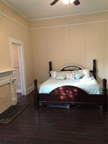 Traveling nurses-Private bedroom in historic home3