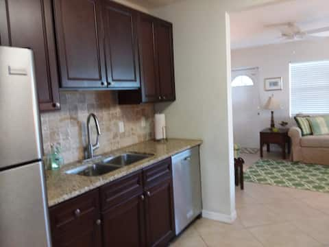 The Key Lime Cottage 2 miles from Siesta Key Beach