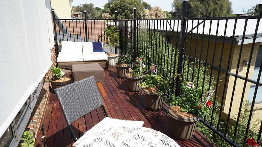 Whole private top level with balcony at the beach - Frankston