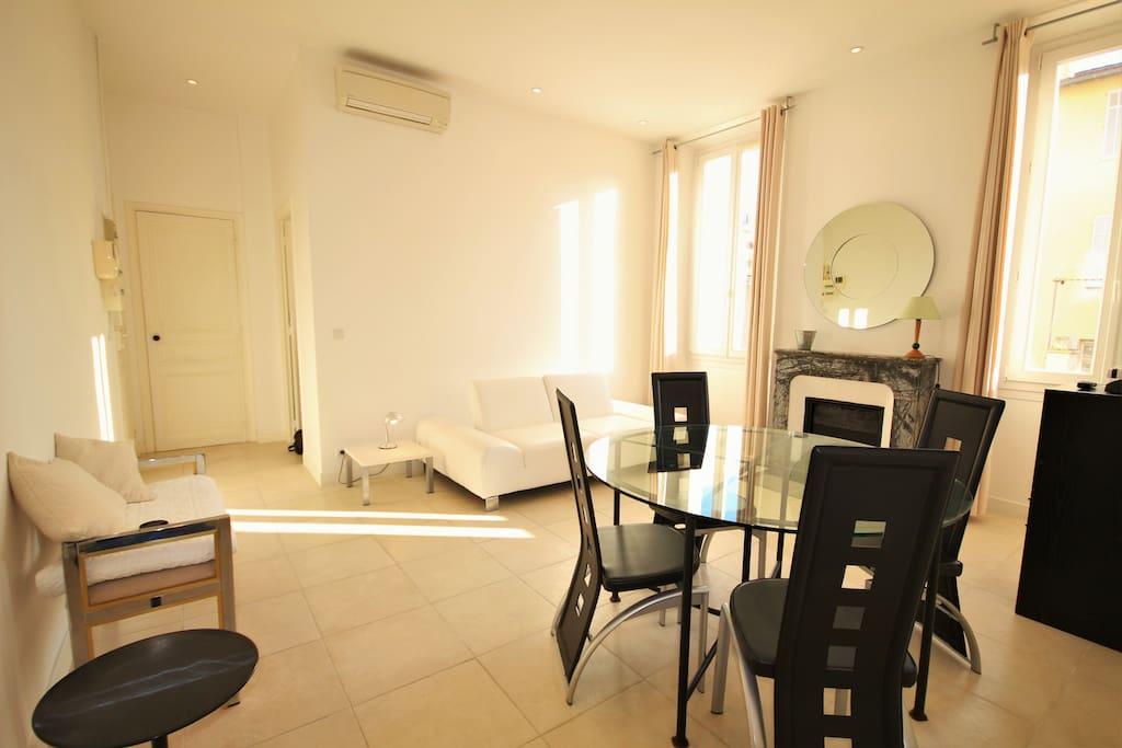 Avec table à manger et 4 fauteuils, un canapé en cuir blanc. Climatisation, chauffage, internet.