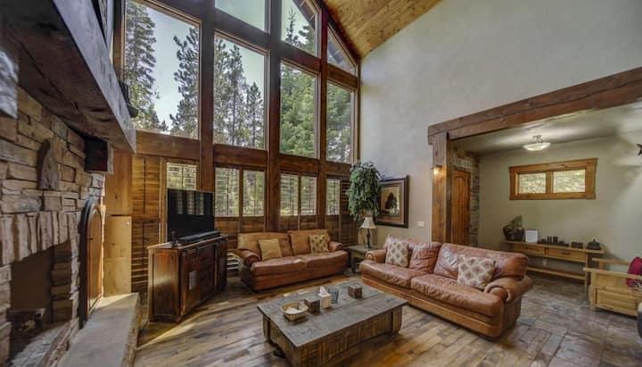 Beautiful cabin w/fireplace, hot tub, pool table
