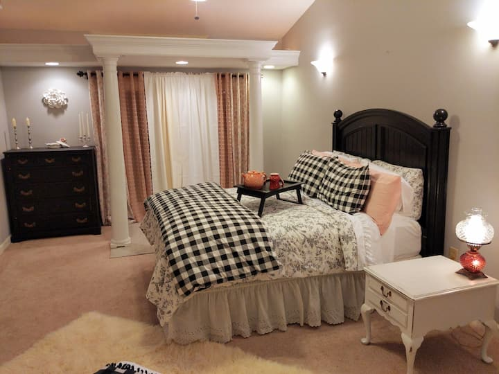 Secluded, Extra Clean and Charming  - King Bed