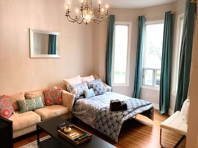 King West House Main FLR PVT APT 1 BDRM Parking