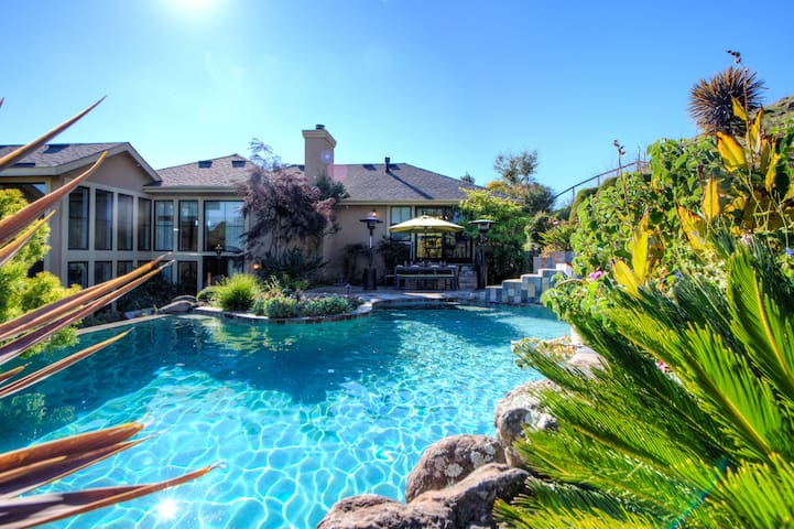 Tuscan Style Luxury Home w/ pool hot-tub in Novato