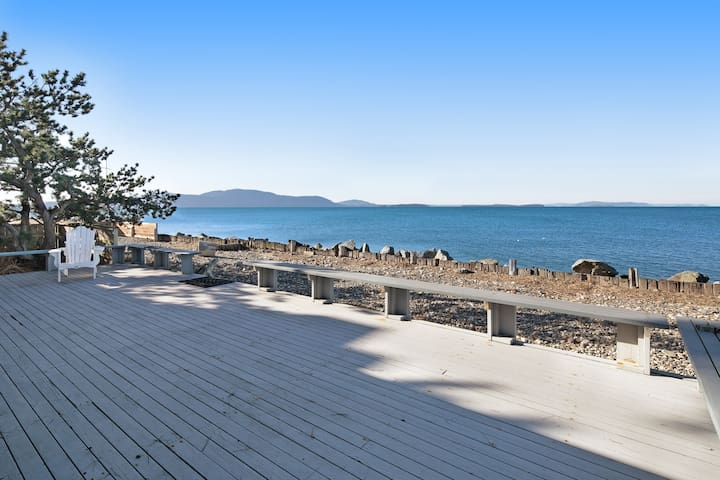 Dog-friendly oceanfront getaway steps away from the water!