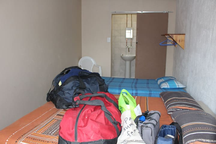 Backpackers - Simple Room with own little Bathroom