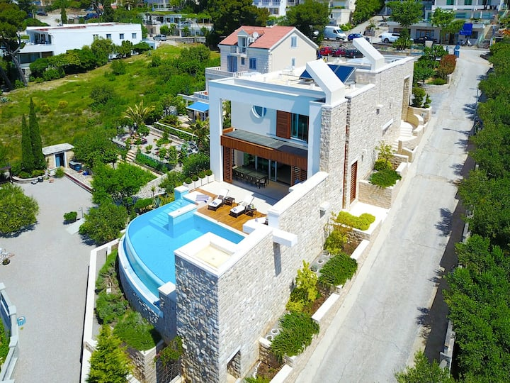 Luxury villa with the infinity pool in Brela