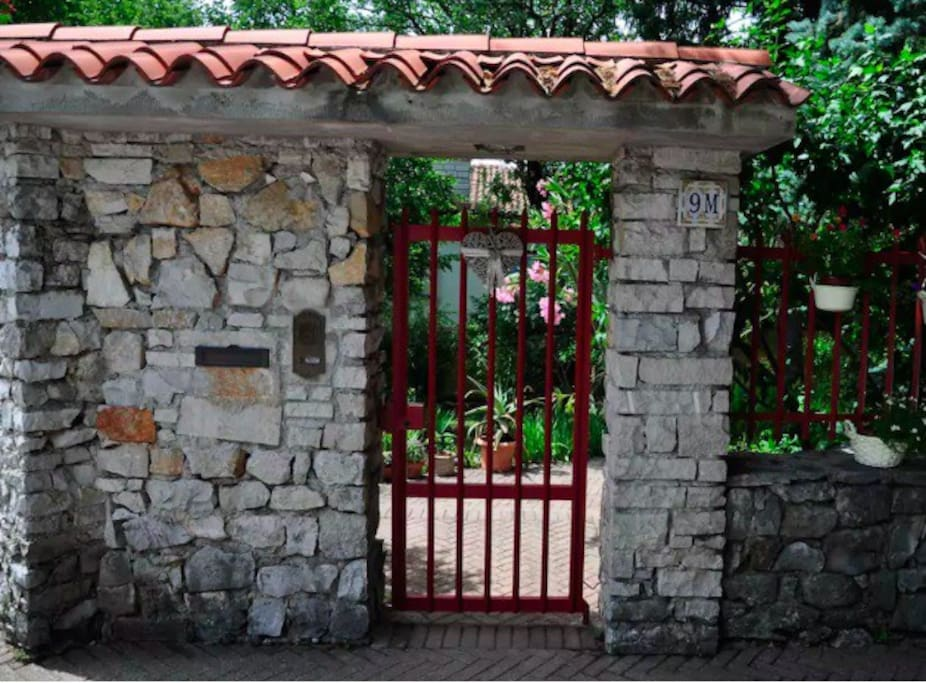 il cancello visto dalla strada