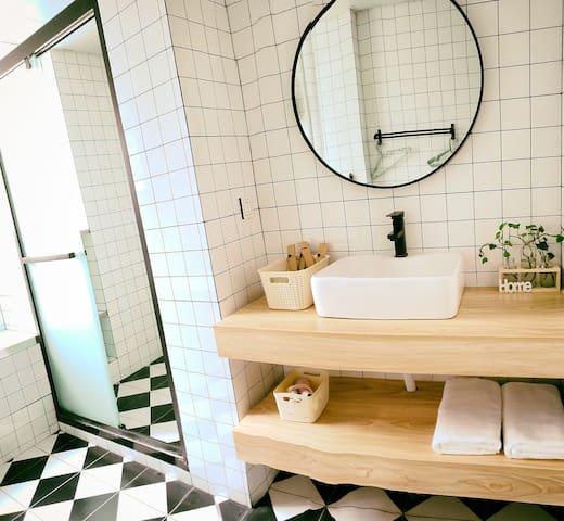 单独淋浴房,与马桶分开