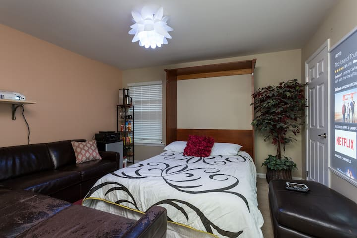 cozy hide-out with huge entertainment screen - Richmond  - Casa