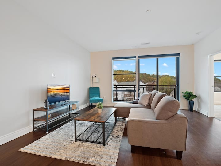 Spacious Little Italy Condo close to Cleveland Clinic #406