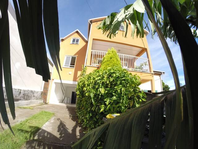 LES BANANIERS AU COUCHER DU SOLEIL logement entier