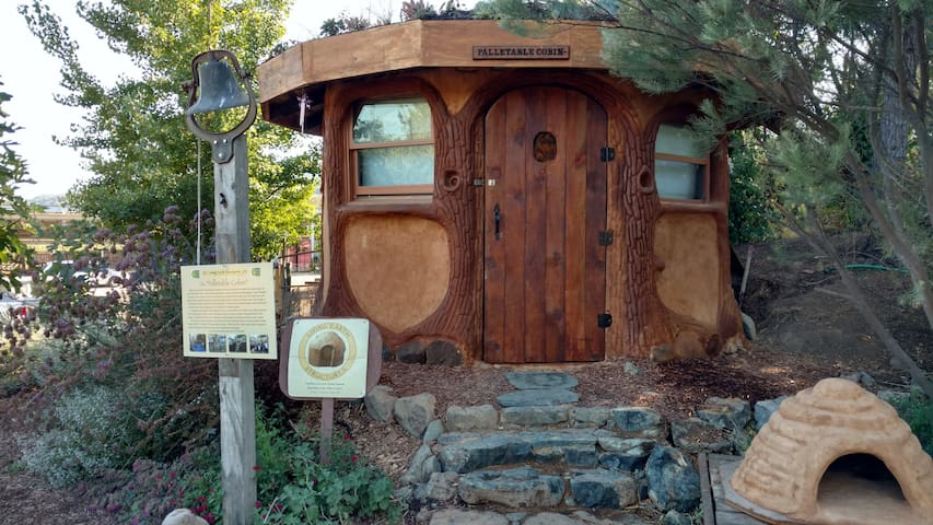 the hobbit hut maisons organiques louer hopland californie tats unis. Black Bedroom Furniture Sets. Home Design Ideas