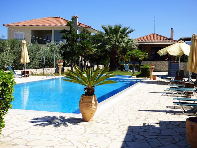 Marvelous garden,pool,bbq and 5min from the beach - Paralio Astros - Apartemen