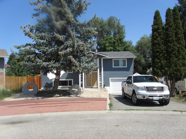 Fully Furnished Clean Safe Central  - Kelowna - Penzion (B&B)