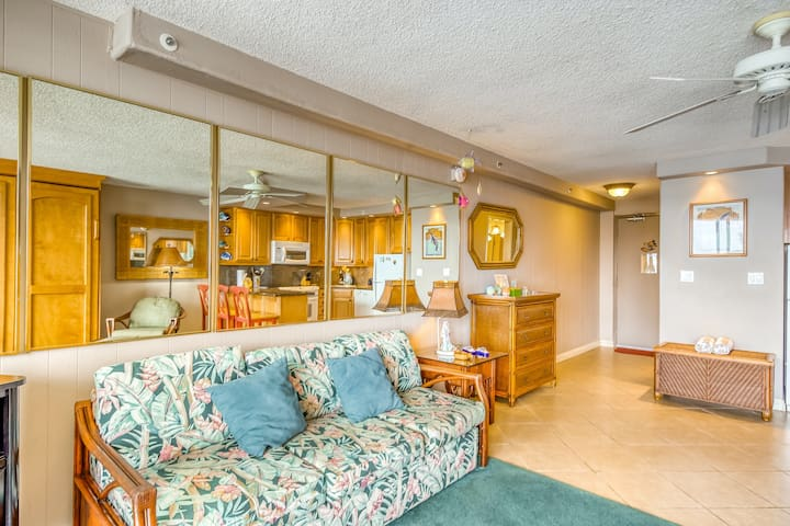 Sixth floor oceanfront studio w/shared pool, free WiFi, and shared washer/dryer