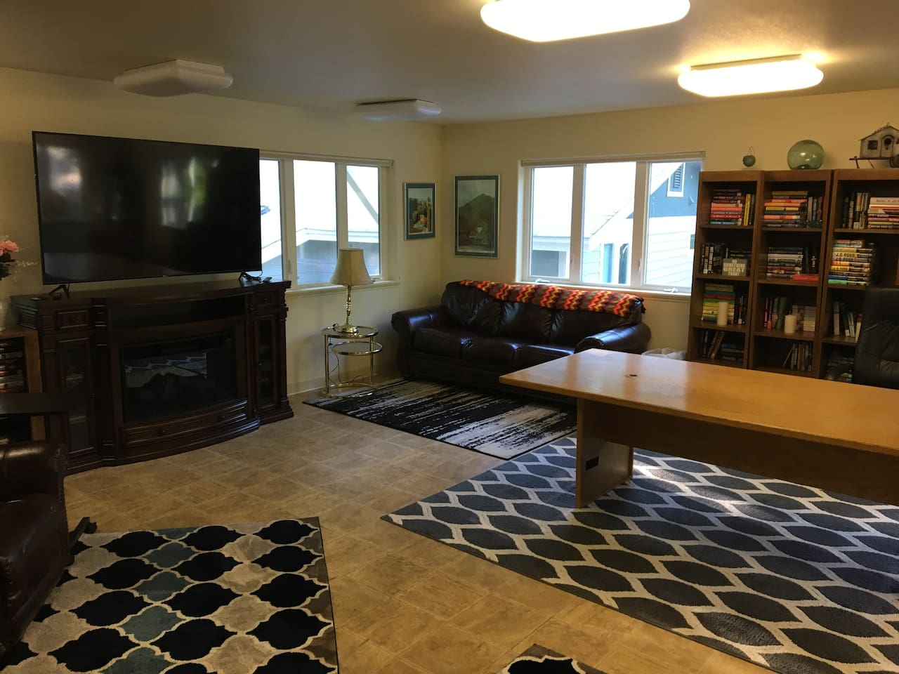 Studio Apartment over Garage, Book Lovers Paradise, Large Work Space