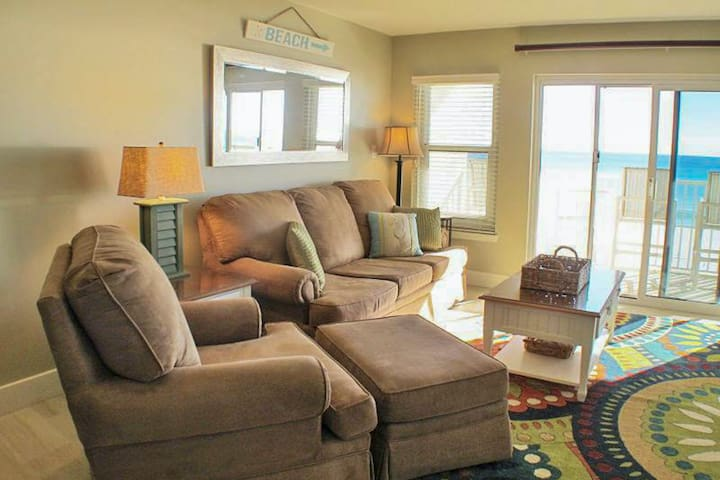 Pretty 2nd Floor Condo! Gulf Front, Nearby Shopping & Dining!