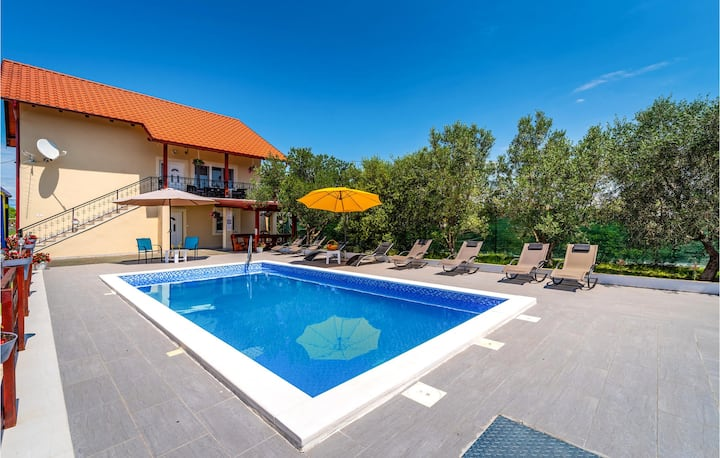 Stunning home in Suhovare with WiFi and 5 Bedrooms
