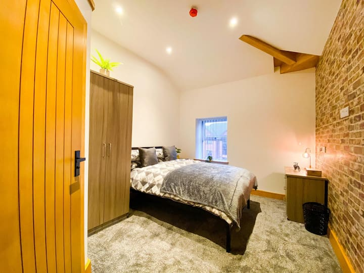 Modern & Homely,CBD, nr Alton Tower,Pubs and Bars