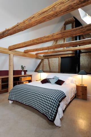 Chambre 2 personnes : 1 lit double (160X200).  2 fenêtres de toit coté cour.