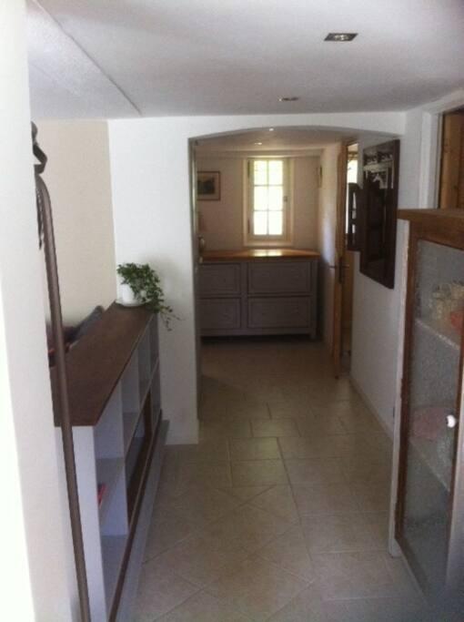 couloir vers chambre à gauche et salle de bain à droite