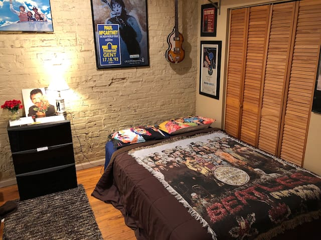 AirBnBEATLES! Private room Logan Sq FREE PARKING