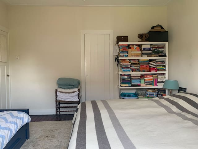 The bed is a large (2m x 2,20 m) one year old Auping essential, one hard and one medium mattress