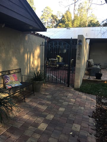 GREAT UF LOCATION!  1/2 mile from Stadium - Gainesville - Guesthouse