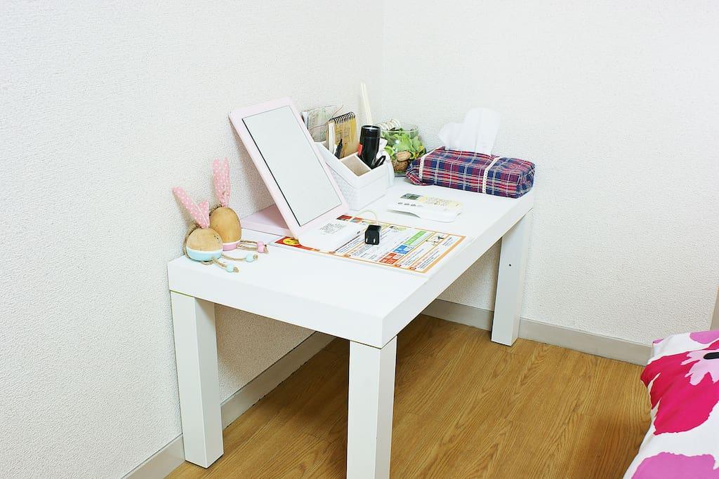 White desk(白いデスク)
