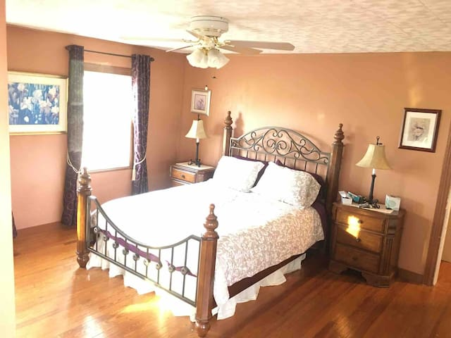 Fleur-de-lis guest room By the Vineyard