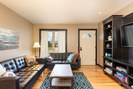 Posh 2 bd home in Grandville -Close to everything!