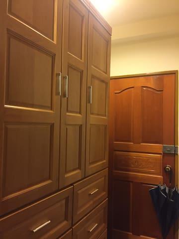 毫不吸引人的小套房,真的很小,但主人热爱生活,嗜食,爱咖啡,克难但温暖 - Longing District - Apartament