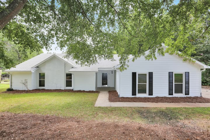 Charming Alpharetta Ranch! Sleeps up to 12!
