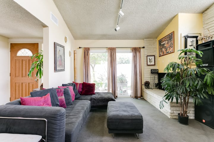 A Lovely Room in Beautiful Lake Balboa, CA