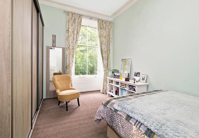 West End Glasgow Double Bedroom New Kingsize Bed