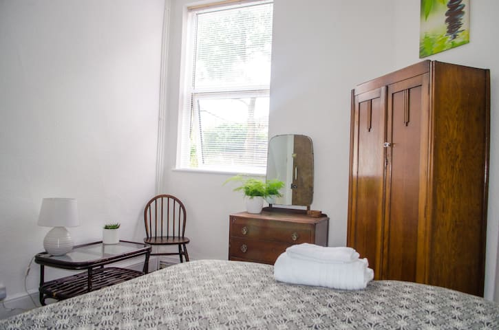 DOUBLE White Victorian Decorated Room With WIFI