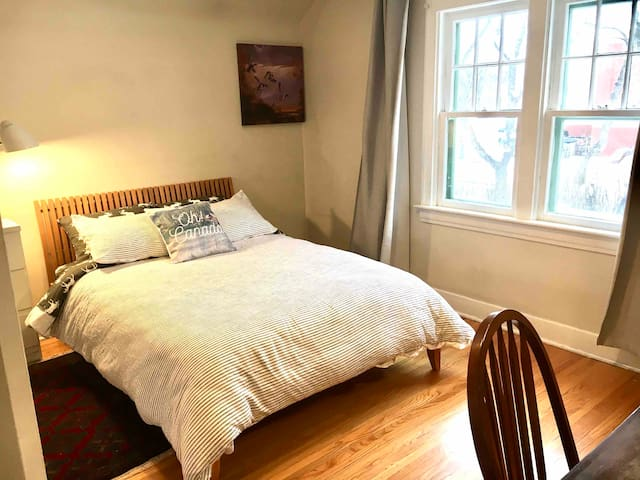 Spacious beautiful guest room~ 5 min walk to UofA!