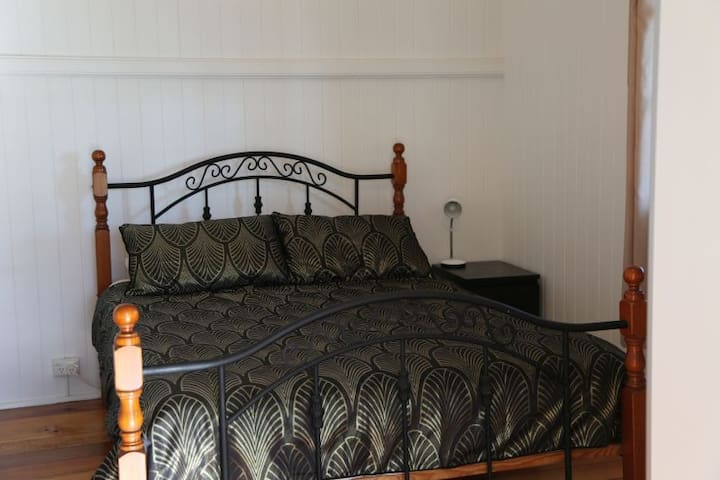 Close to City, Queen Room 2 in Kelvin Grove