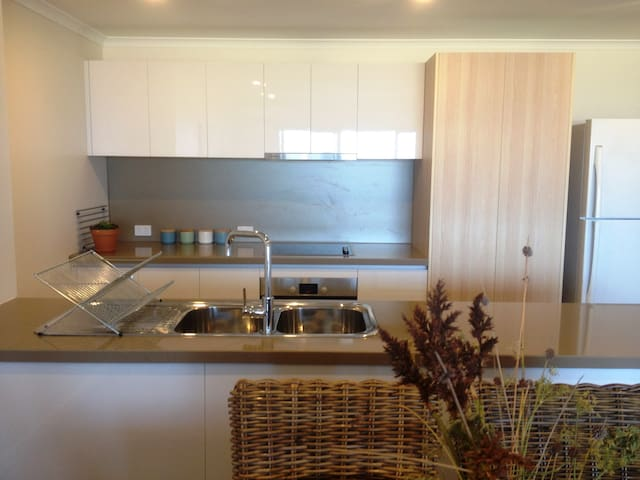 Shorehaven Hideaway-Ocean Views and 350m to Beach - Alkimos - Apartment