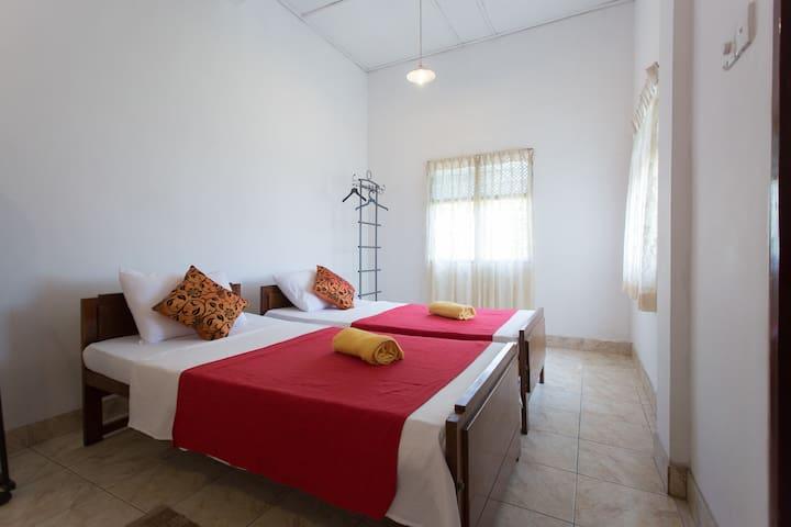 Lady Gordon's Home stay large room with 3 beds. - แคนดี้ - ที่พักพร้อมอาหารเช้า