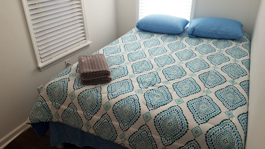 Private Bedroom in New House Minutes from PATH