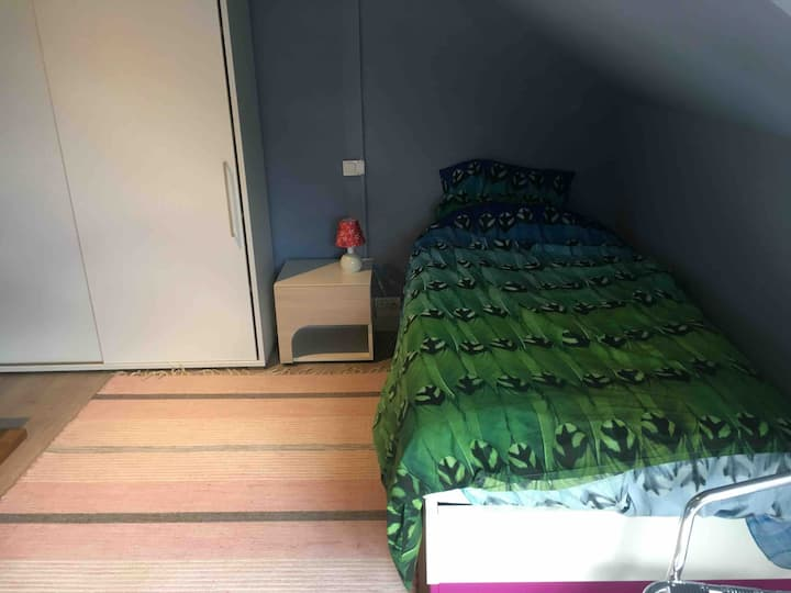 Low budget single bed 1/5 in shared house/hostel
