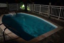 Vue sur la piscine de nuit de la Villa Chez YANOU
