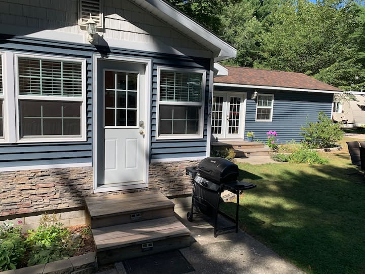 Newly Remodeled Cottage Just Off Scenic M22