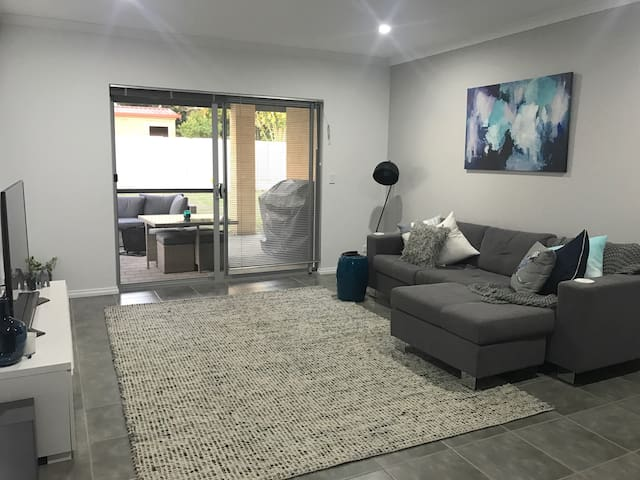 Modern and spacious room near to CBD & Airport. - Kewdale - House